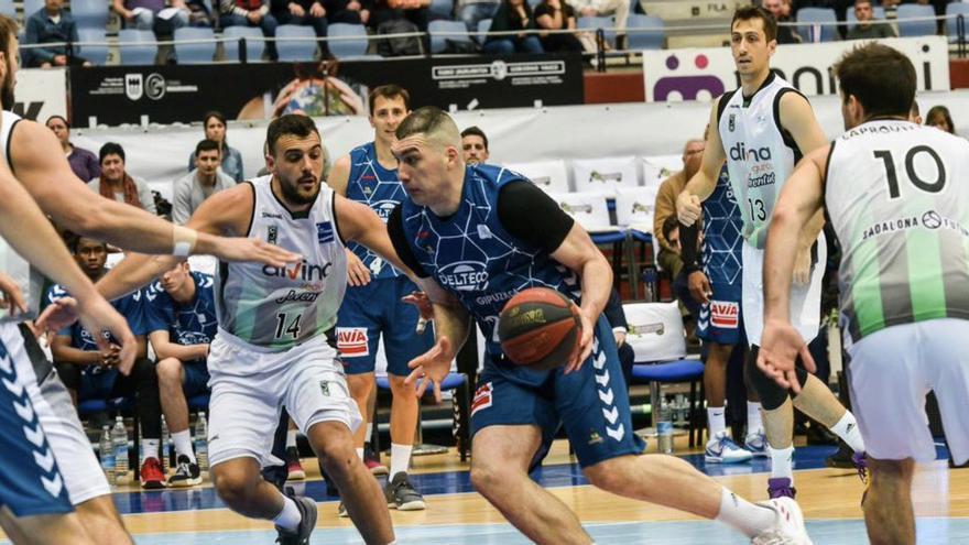 El jugador georgiano, en una acción con la camiseta del Delteco GBC