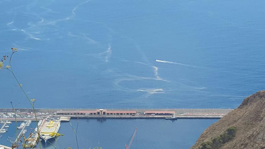 En la imagen tomada este martes se observan manchas en el espigón del Puerto.