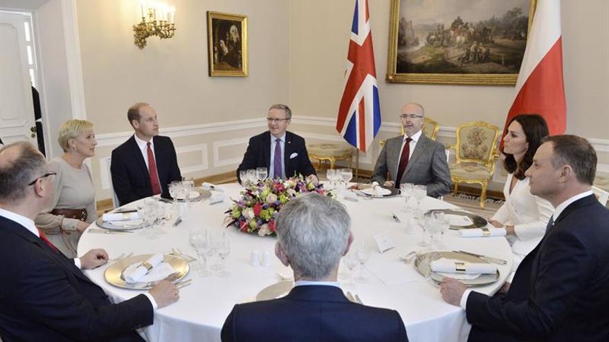 Los duques de Cambridge inician una visita a Polonia marcada por la historia