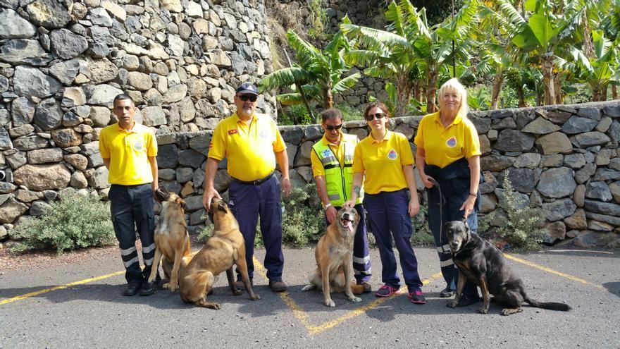 Foto de familia de la Unidad Canina de Rescate de AEA. Foto: LUZ RODRÍGUEZ.