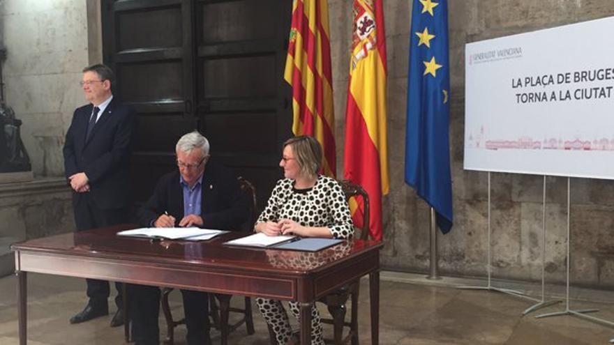 El alcalde de Valencia, Joan Ribó, junto a la consellera de Obras Públicas, María José Salvador, durante la firma del convenio