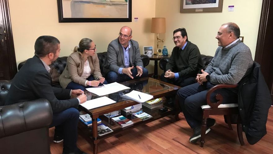 Reunión entre representantes del Cabildo y la Universidad de La Laguna.