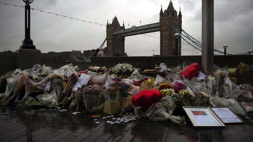 Ramos de flores, velas y mensajes en memoria de las víctimas de los atentados.