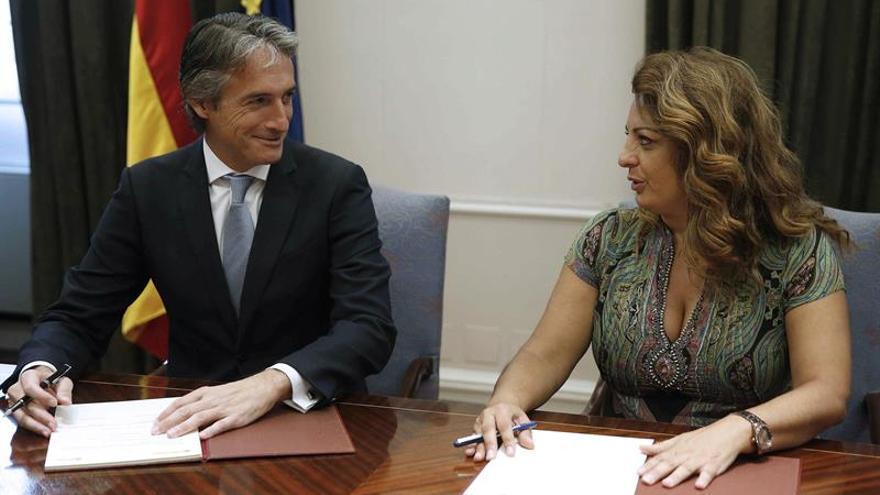 El ministro de Fomento, Iñigo de la Serna, y la consejera de Empleo, Políticas Sociales y Vivienda del Gobierno de Canarias, Cristina Valido.