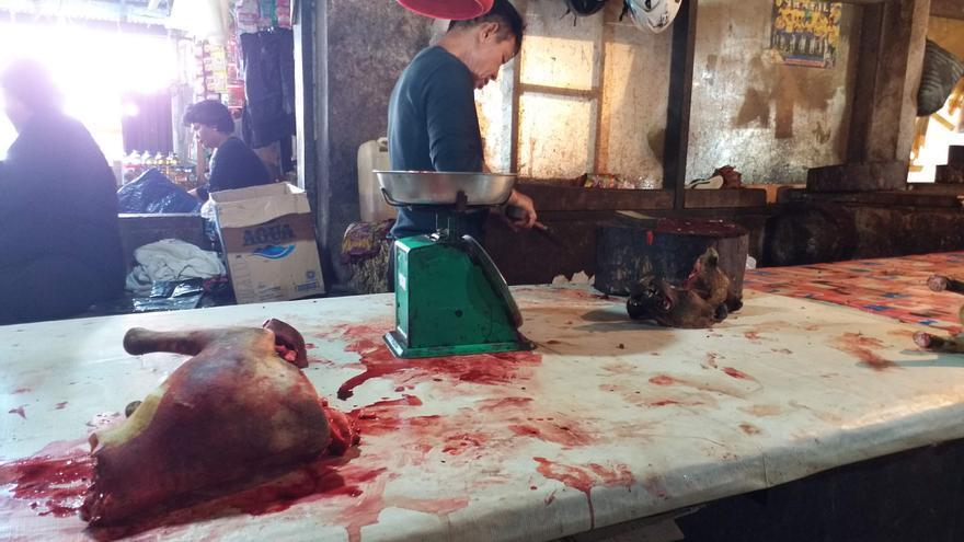 Un mercado de carne de perro en Indonesia