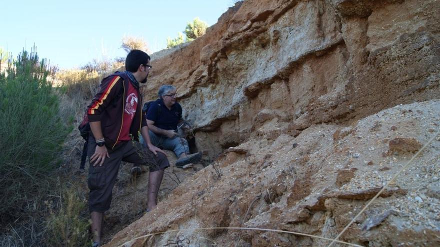 Los doctores Fernando Muñiz y Zain Belaústegui durante las excavaciones en campos de Lepe (Huelva).