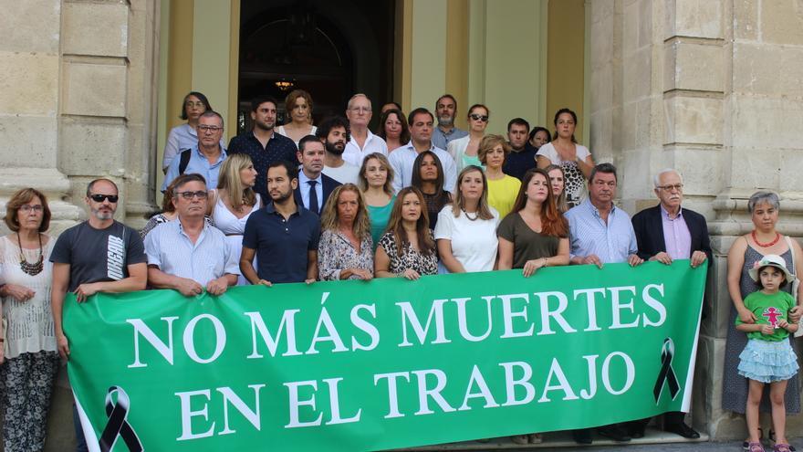 Autoridades en el minuto de silencio por el obrero de Morón de la Frontera