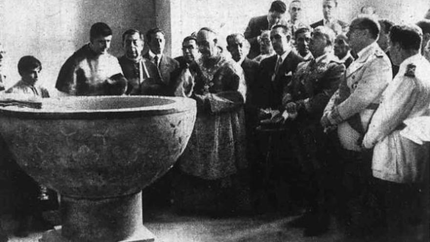 Inauguración de la restauración de la pila bautismal de Cervantes en presencia de Franco, el 3 de octubre de 1947.   AYUNTAMIENTO DE ALCALÁ DE HENARES
