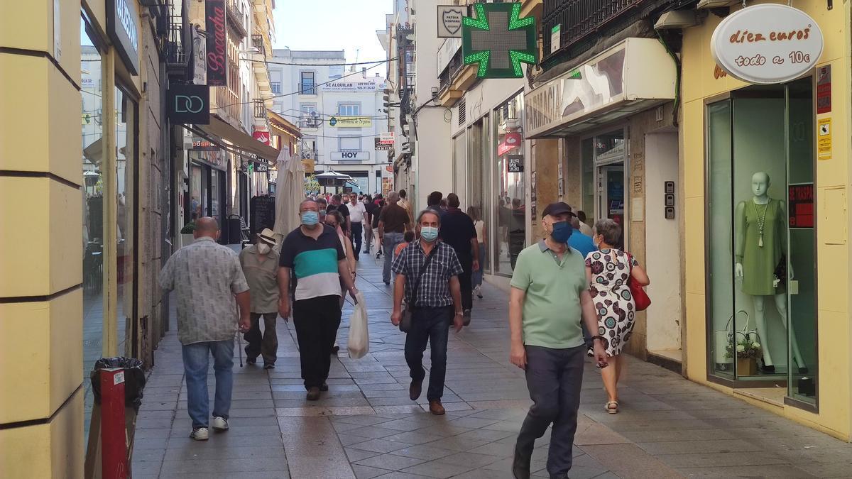 Varias personas pasean por la calle Santa Eulalia de Mérida