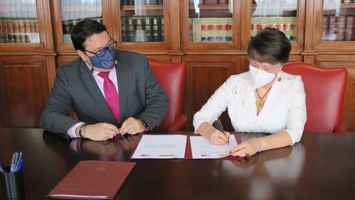 Corral y Valenzuela firman el protocolo.