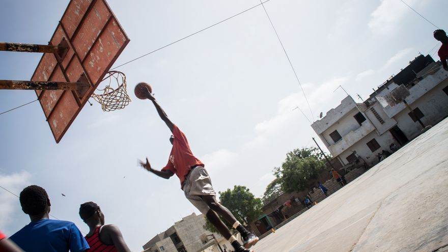 Mohammed jugando a basket