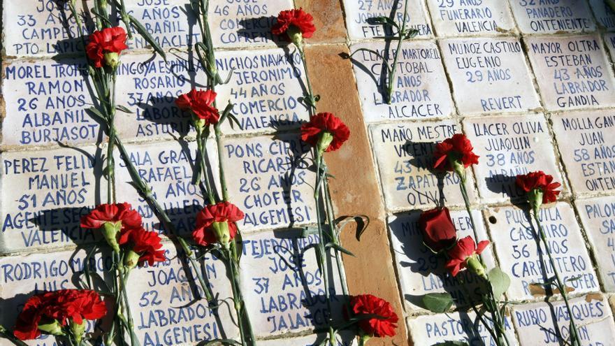 Claveles rojos reposan sobre una de las fosas comunes donde yacen los restos de decenas de republicanos fusilados durante el franquismo en el cementerio de Paterna