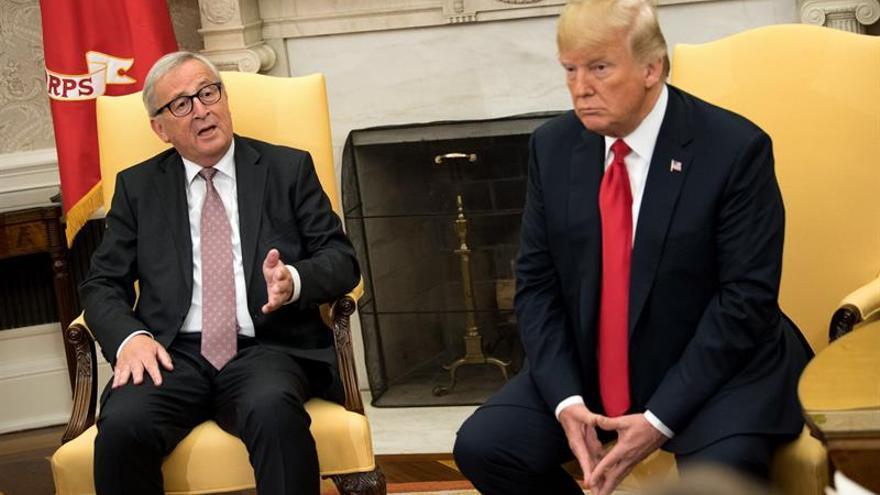El presidente de la Comisión Europea (CE), Jean-Claude Juncker (izda), y el presidente estadounidense, Donald Trump.