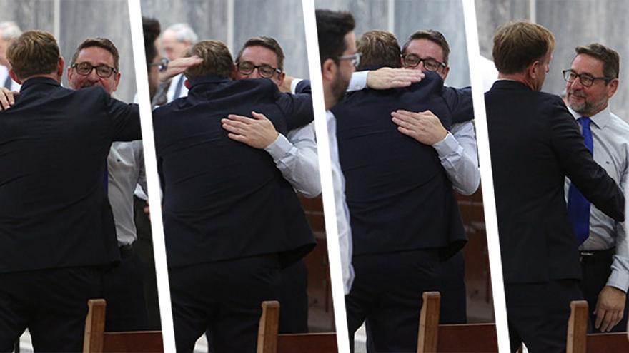 El juez Salvador Alba se abraza con el abogado López Mendoza