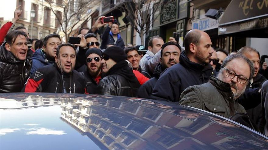 Policías municipales insultan a Barbero y golpean su coche tras una protesta