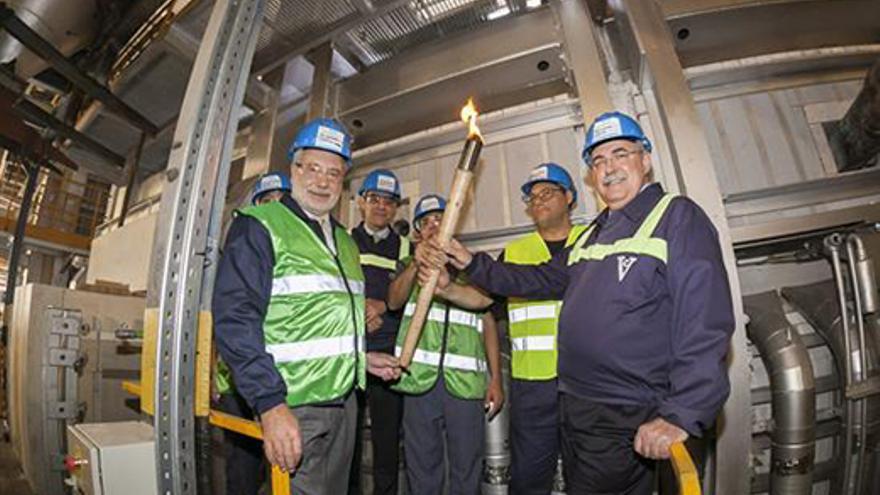 Encendido del nuevo horno de Vidrieras Canarias S.A. con el director gerente, Jesús Calleiro, a la derecha.