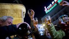 Los manifestantes celebran la exhumación de Franco en la Puerta del Sol brindando con cava.