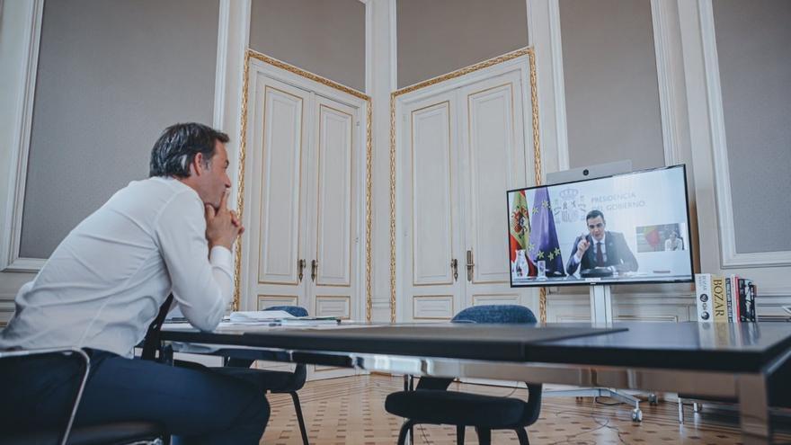 El presidente del Gobierno, Pedro Sánchez, y el primer ministro de Bélgica, Alexander De Croo, en un encuentro virtual.