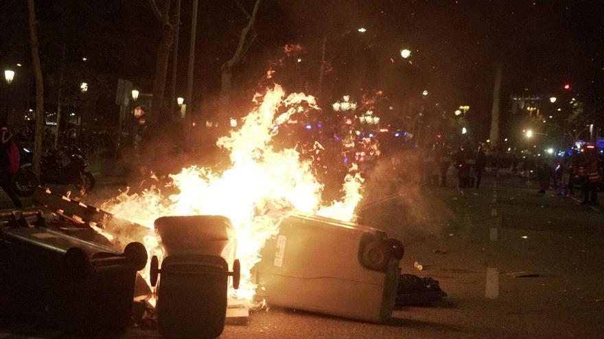 Los encapuchados han prendido fuego a varios contenedores