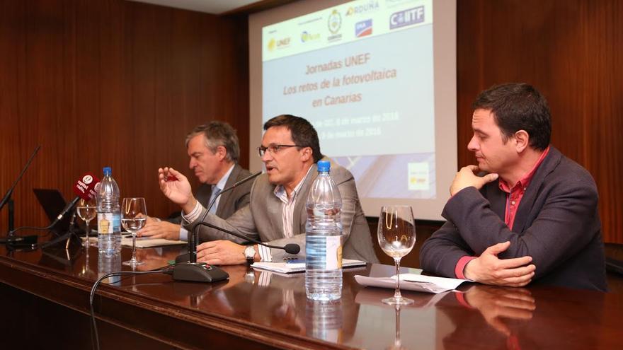 José Donoso, director general de la Unión Española Fotovoltaica (UNEF); Adrián Mendoza, viceconsejero de Industria y Energía del Gobierno canario,  y Carlos Medina, vicedecano del Colegio de Ingenierios COIICO. (ALEJANDRO RAMOS)