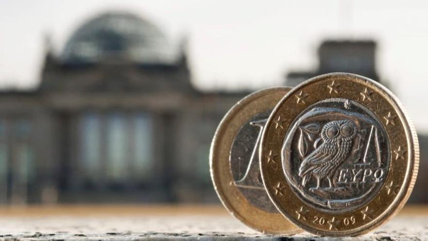 Dos monedas de euro, una de ellas acuñada en Grecia, fotografiadas delante del Bundestag en Berlín (Alemania).