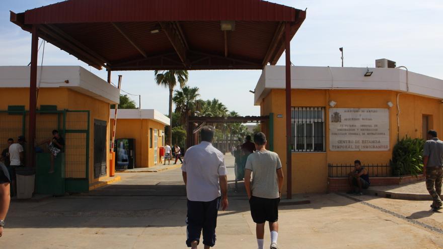 Hassan y su hijo entran en el Centro de Estancia Temporal de Inmigrantes de Melilla. Su mujer y su otra hija siguen en Marruecos | G. S.