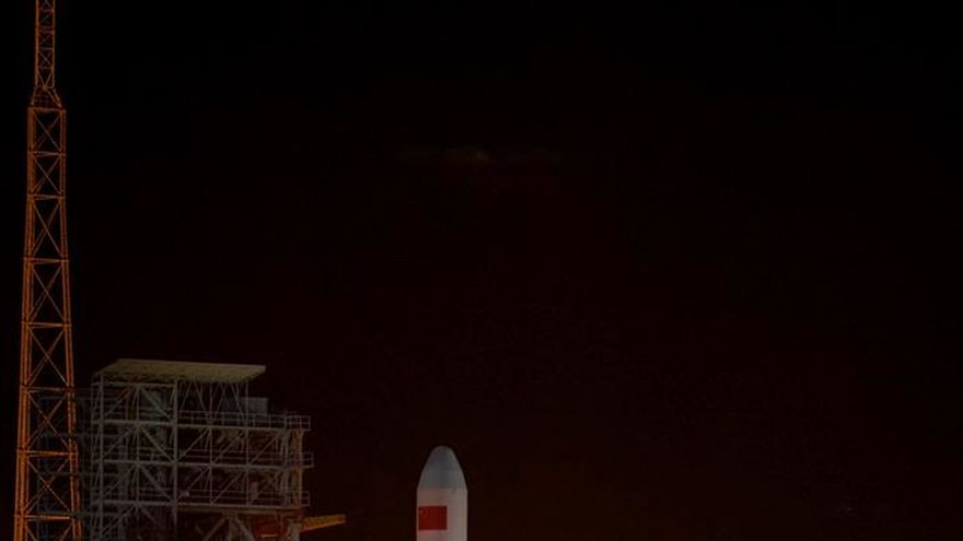 "Sonda china despliega antenas para ""escuchar Big Bang"" desde la cara oculta de la Luna"