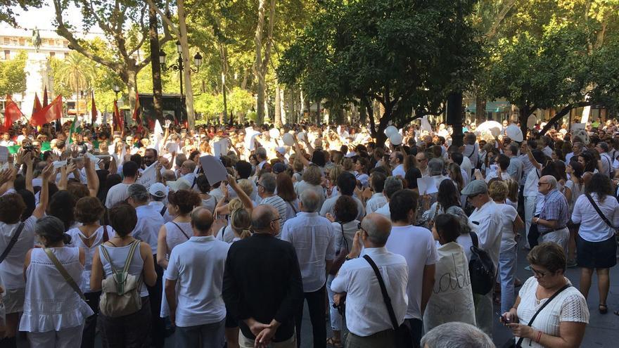 Concentración en Plaza Nueva de Sevilla a la llamada de #parlemhablemos /Foto: R.R.