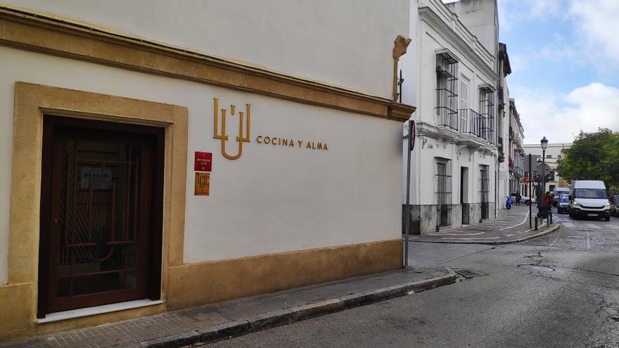 De la fachada a 'Lú, Cocina y Alma' a 'Mantúa' hay 50 pasos.