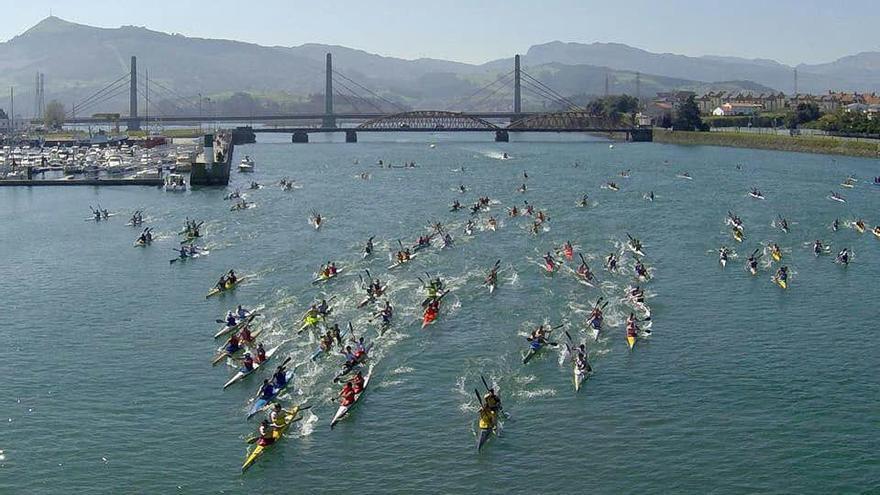 Competición deportiva de piragüismo en Colindres.