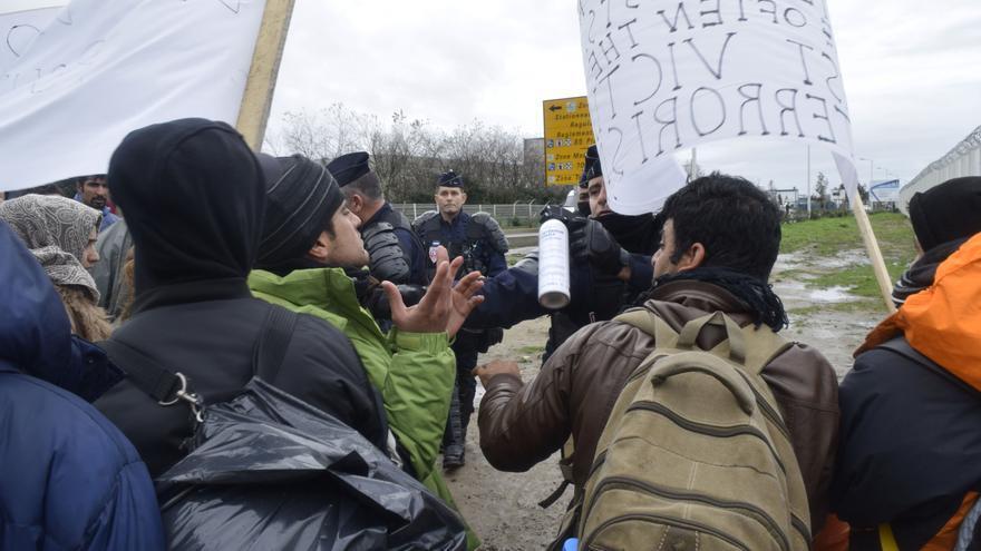 La policía rocía con gas a los refugiados que se manifiestan por sus condiciones y en solidaridad con las víctimas de los atentados / Eduardo Granados