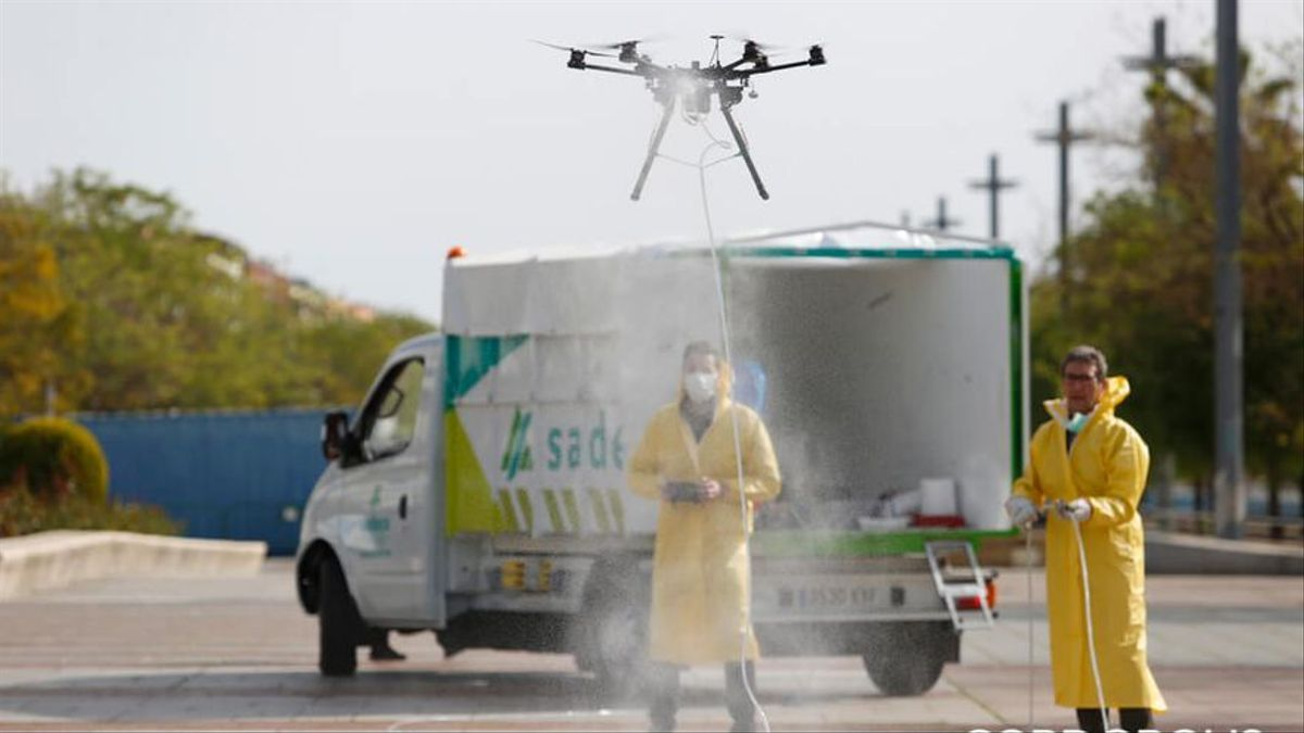 Operarios de Sadeco con un dron para desinfectar el Vial