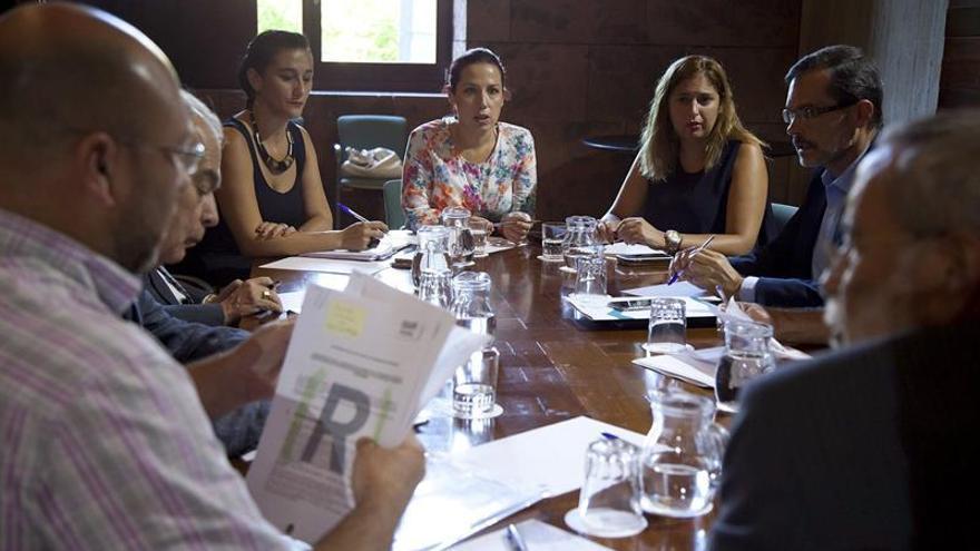 La vicepresidenta y consejera de Empleo, Políticas Sociales y Vivienda del Gobierno de Canarias, Patricia Hernández (c), preside un encuentro para coordinar la acogida de refugiados en las islas. (Efe/Ramón de la Rocha)