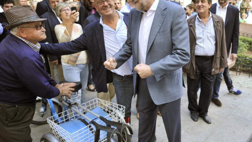 El presidente del Gobierno, Mariano Rajoy, saluda a varios vecinos de la localidad toledana de Mora / EFE/Ismael Herrero