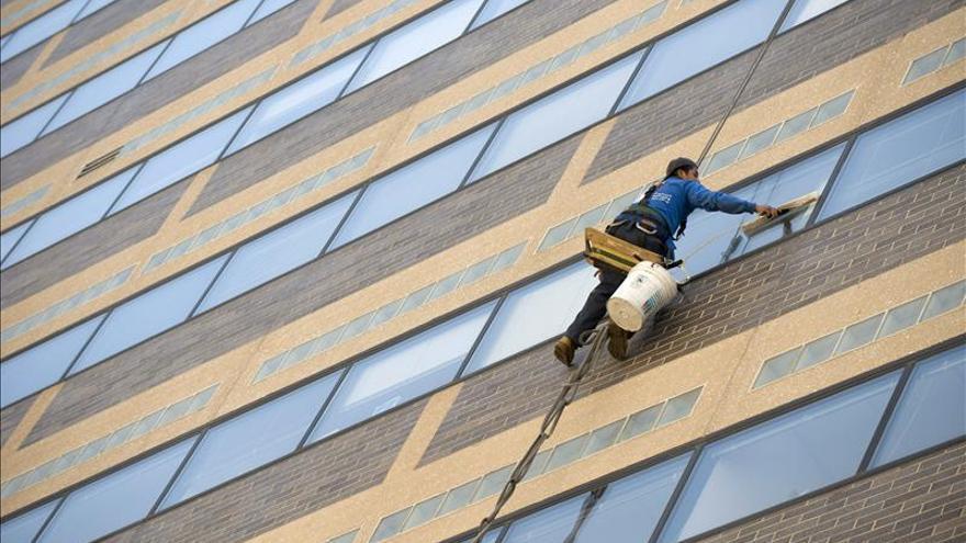 Un limpia ventanas sobrevive a una caída de 11 pisos en San Francisco (EE.UU.)