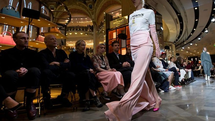 Vêtements remueve los esquemas de la moda en la Alta Costura de París