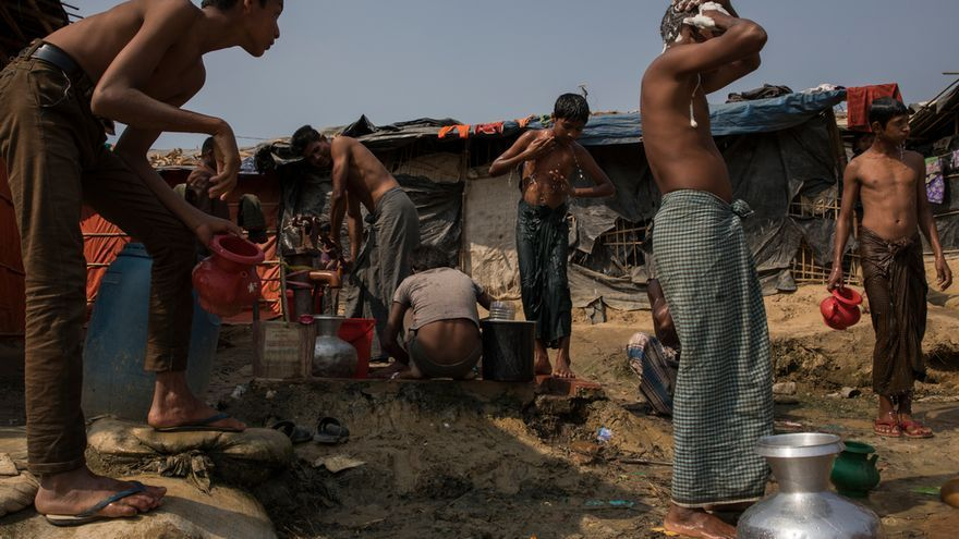 Refugiados en el asentamiento improvisado de Jamtoli. Foto: Anna Surinyach.