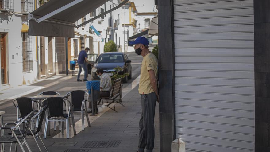 Un vecino de Casariche en la puerta de un bar cerrado en la segunda jornada de confinamiento