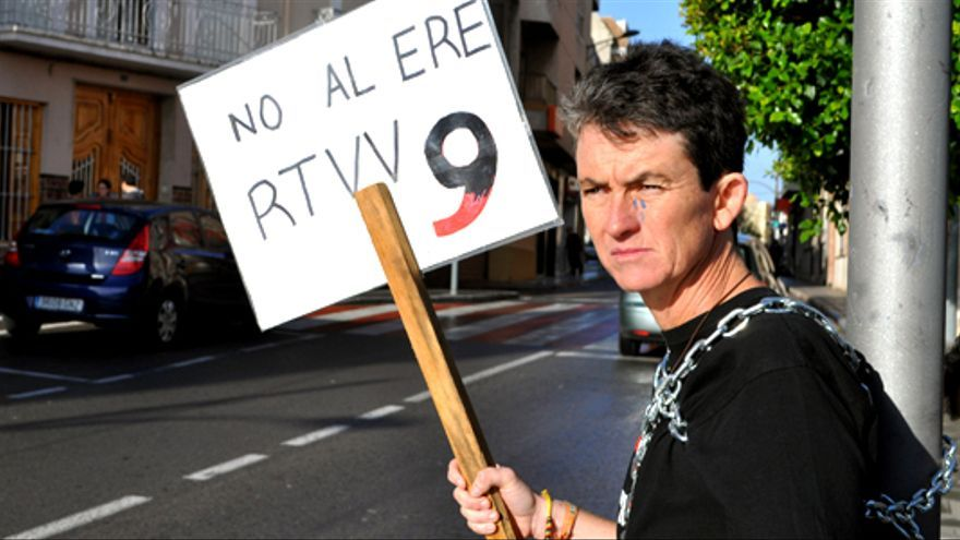 La mujer de un cámara de Canal 9 se encadena contra el ERE