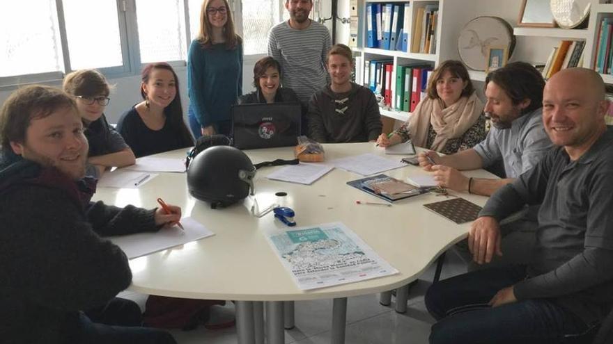 El equipo del proyecto #microracismos de Apdha Cádiz, el pasado 24 de febrero