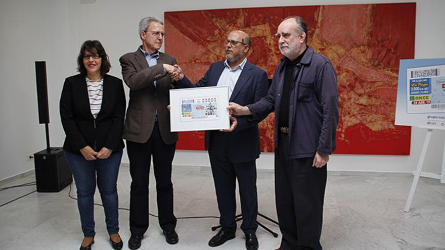 El delegado terrritorial de la ONCE hizo entrega a la FCM de una reproducción del cupón.