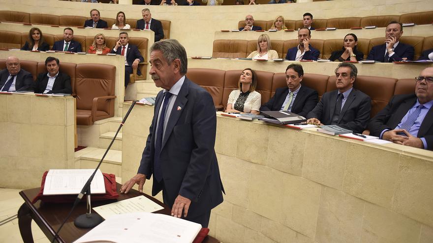 Miguel Ángel Revilla en la toma de posesión como diputado autonómico. | J.G. SASTRE