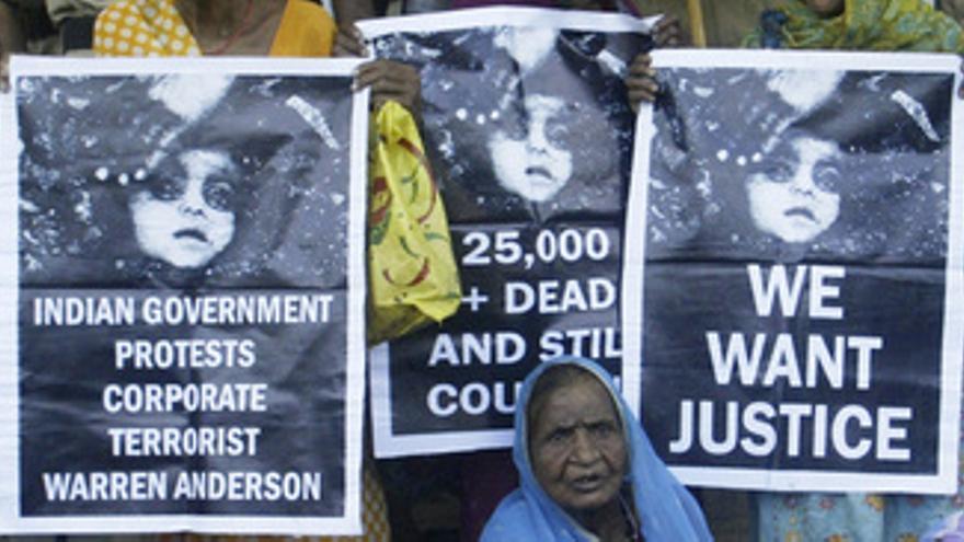 Cartel de protesta por el escape tóxico de Bhopal en India
