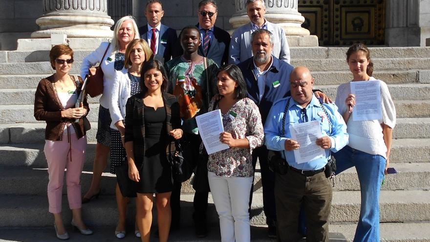 Varios representantes de las ONG firmantes presentan la petición en el Congreso de los Diputados