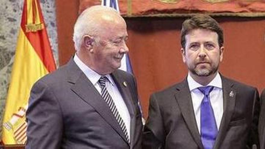 Ricardo Melchior, Carlos Alonso (centro) y Aurelio Abreu (POSE), en el relevo que dio la presidencia del Cabildo al segundo