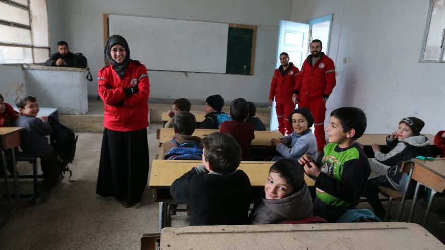 Los voluntarios de la Media Luna Roja dan apoyo social en las escuelas.   Foto: Baraa Al Halabi