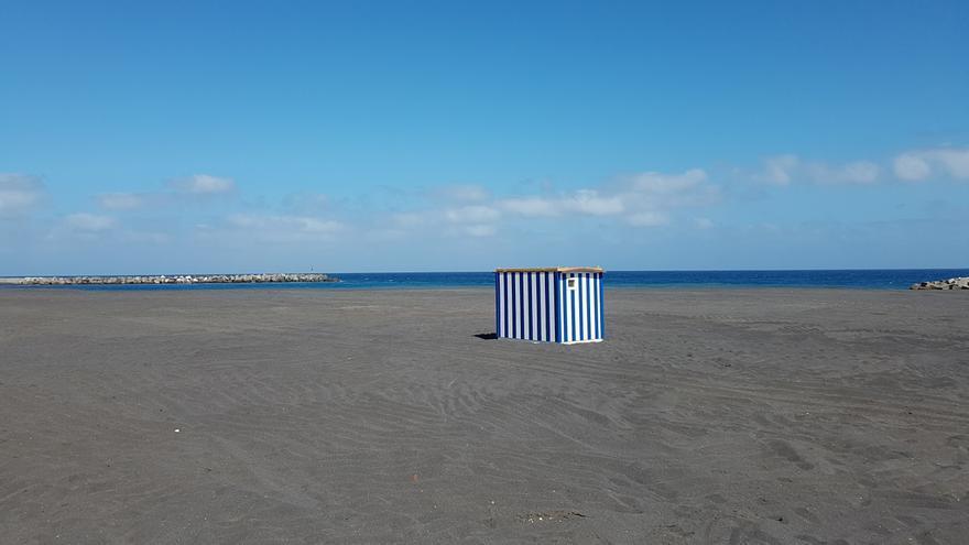 En la imagen, una de las cinco casetas para los servicios de aseo que se colocarán en la playa de Santa Cruz de La Palma. Ha sido instalada este martes. Foto:  LUZ RODRÍGUEZ.