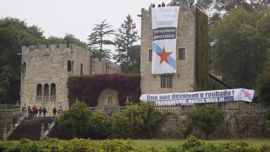 Pancartas desplegadas en la ocupación del Pazo de Meirás