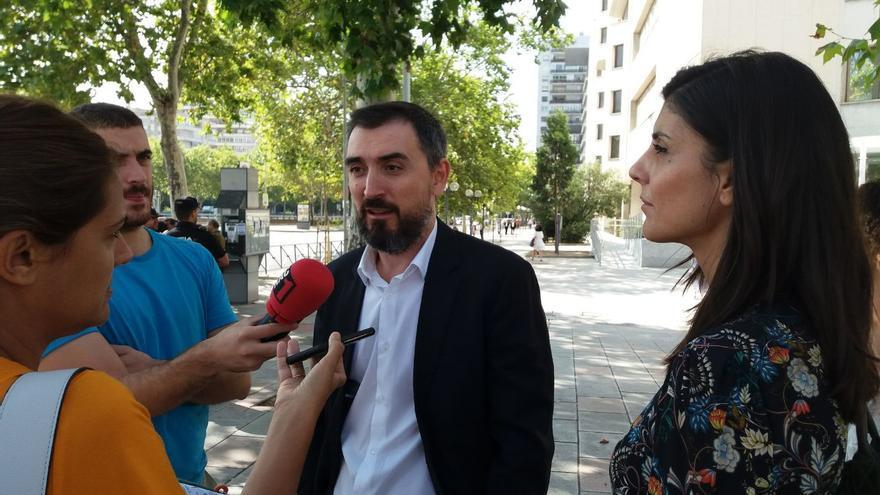 Raquel Ejerique e Ignacio Escolar atienden a los periodistas tras declarar en los juzgados por el Máster de Cifuentes.
