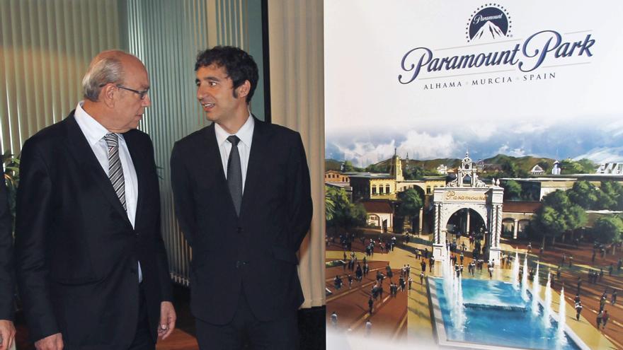 Jesús Samper junto al consejero de Turismo, Pedro Alberto Cruz. EFE